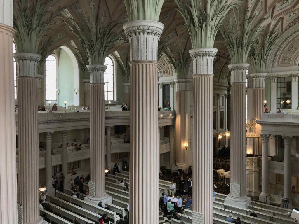 Het interieur van de Nikolaikirche in Leipzig, in classicistische stijl