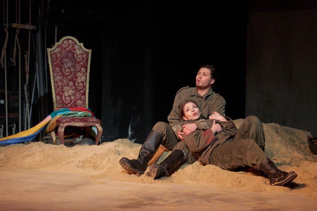 Twee soldaten worden verliefd (Foto: Herwig Prammer/Theater an der Wien)