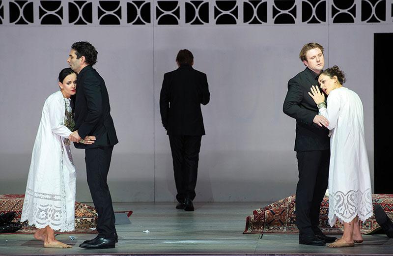 Aan het begin van de opera zijn de koppels nog moeilijk van elkaar te onderscheiden... (Foto: Monika Rittershaus)