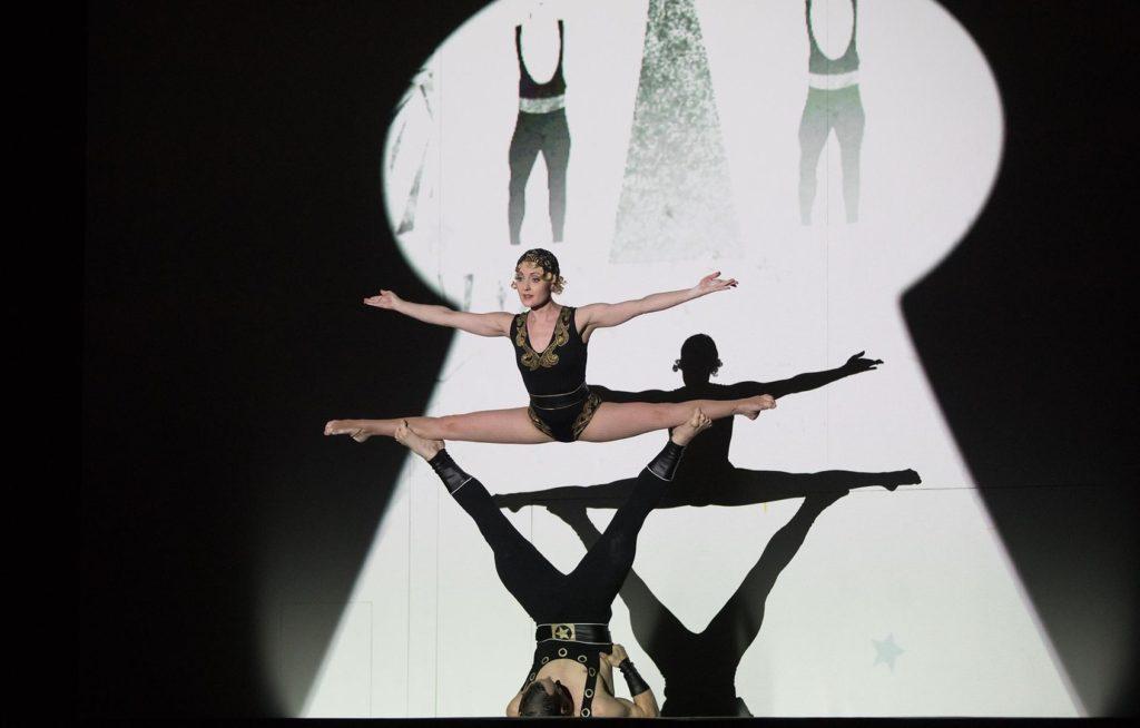 Acrobaten in plaats van dansers in Petroesjka (Foto: Iko Freese/drama-berlin.de)