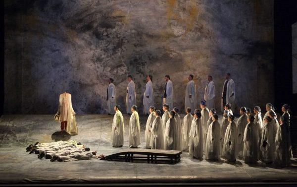 De priesteres Léïla komt gesluierd op (Foto: Opéra Royal de Wallonie)