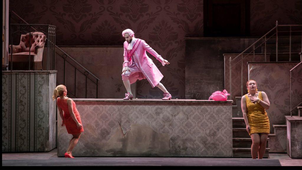 Dandini (Alessio Arduini) met Clorinda en Tisbe (Julietta Aleksanyan en Polly Leech), de 'boze stiefzusters' (Foto: Matthias Baus