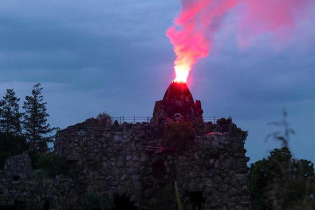 Kunstmatige vulkaan in Park Wörlitz, nabij Dessau