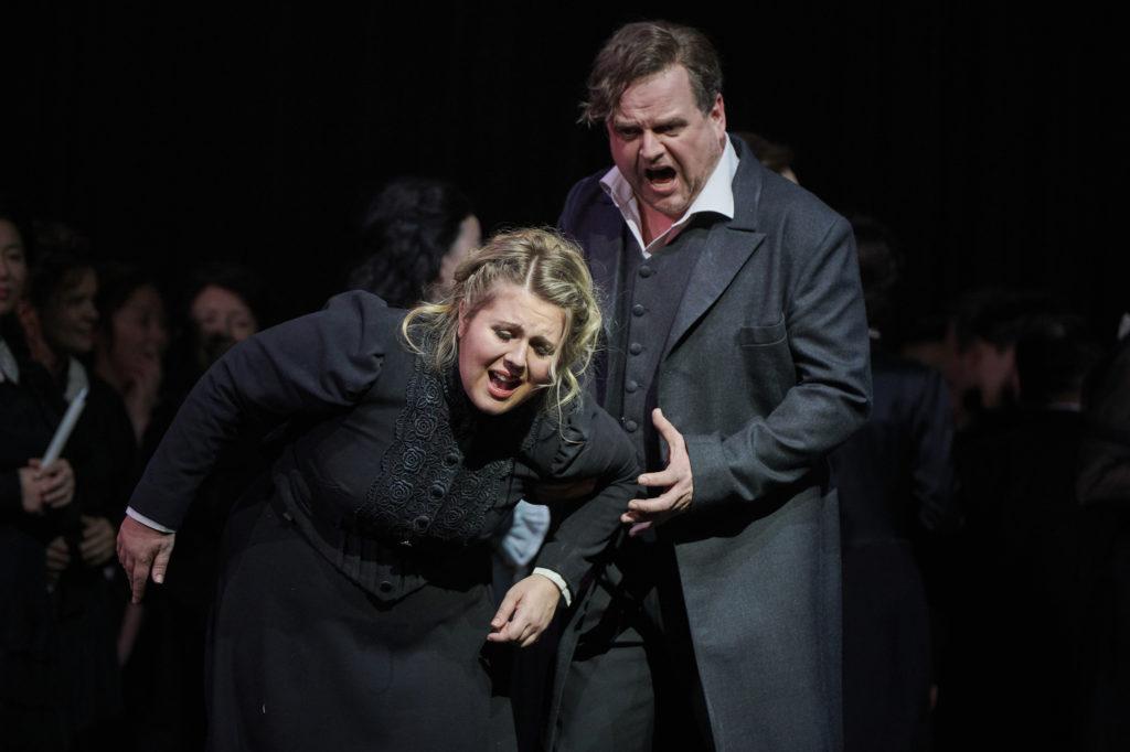 Christina Nilsson als Elsa en Joachim Goltz als Telramund (Foto: Thomas Jauk, Stage Picture)