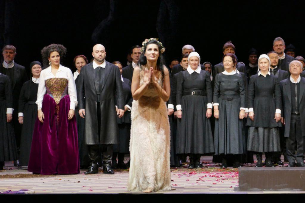Adela Zaharia als Elvira, bij het slotapplaus (Foto: Benjamin Rous)
