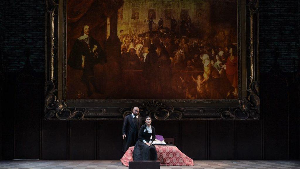 Elvira (Adela Zaharia) en haar oom Giorgio (Bogdan Talos) voor een schilderij van de executie van koning Charles I (Foto: Hans Jörg Michel)