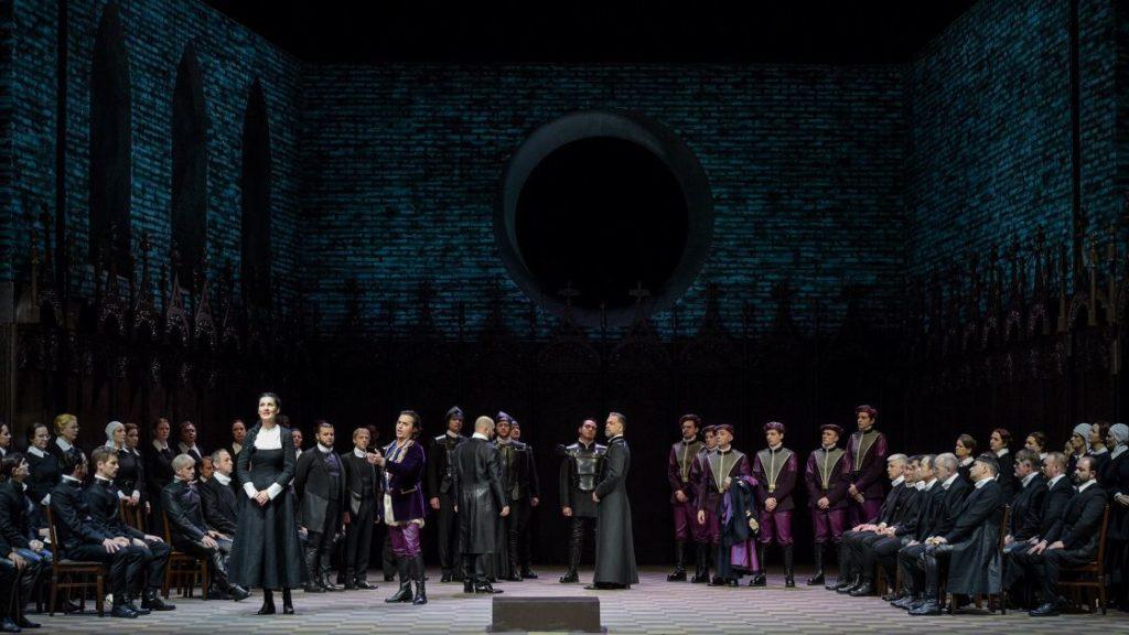 De donkere, repressieve puriteinse gemeenschap en de koningsgezinden in het purper (Foto: Hans Jörg Michel)
