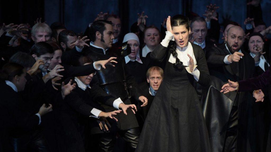 De mentale instablitieit van Elvira (Adela Zaharia) is al vanaf het begin duidelijk (Foto: Hans Jörg Michel)