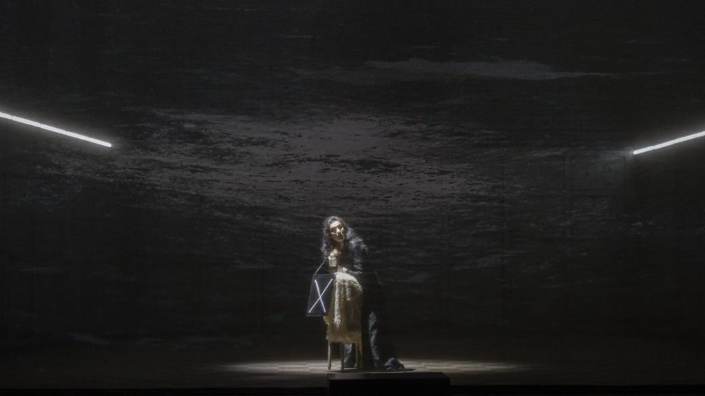 Een beschadigde psyche: hoop op genezing is er niet voor Elvira in deze productie  (Foto: Hans Jörg Michel)