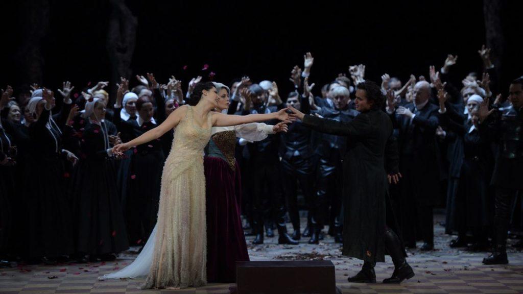 Arturo lijkt naar Elvira te reiken, maar eindigt met Enrichetta in Elvira's laatste waanbeeld  (Foto: Hans Jörg Michel)