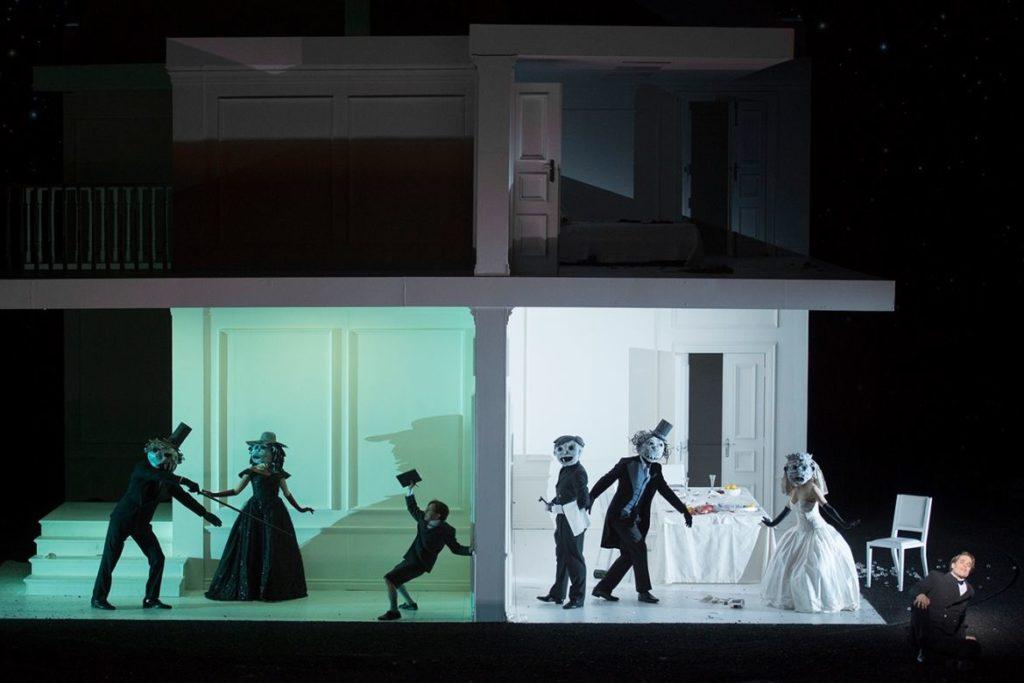 De persoonlijke verhoudingen worden in deze productie door de ogen van de jonge Flavio bezien (Foto: De Nationale Opera)
