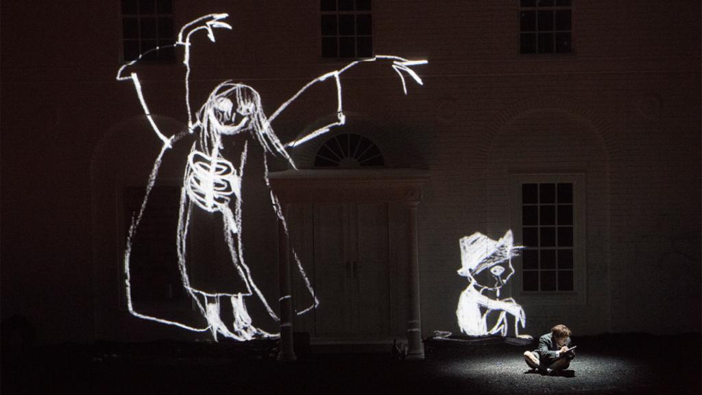 Projecties laten zien wat er in het hoofd van Flavio omgaat (Foto: De Nationale Opera)