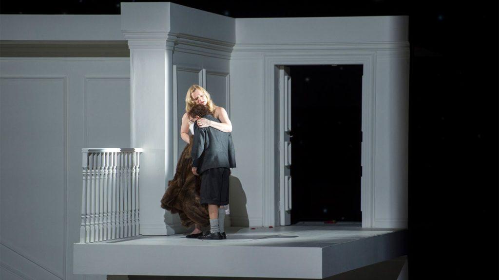 Rodelinda (Lucy Crowe) troost haar zoon Flavio (Foto: De Nationale Opera)