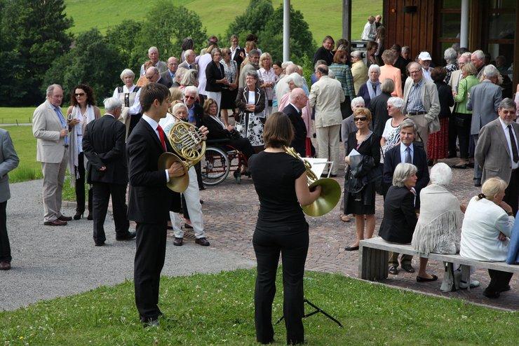 Beter dan een gong: twee hoornisten spelen een Schubert-duet om het begin van de voorstelling aan te kondigen