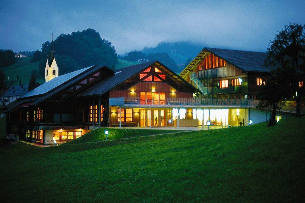 De Angelika-Kauffmann-Saal, de concertzaal van de Schubertiade die eruit ziet als een uit de kluiten gewassen chalet (Foto: Vorarlberg Tourismus)