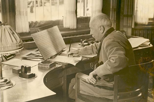 Richard Strauss in zijn werkkamer in zijn villa in Garmisch-Partenkirchen